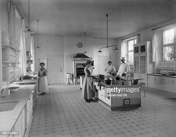 1872 1941 Unternehmer Grossindustrieller D Heinenhof Potsdam Neu Fahrland Landsitz Carl Friedrich von Siemens Innenansicht Küche mit Personal 1912...