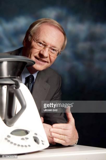 Unternehmer, Manager, D Gesellschafter und Vorstandsmitglieder des Hausgeräteherstellers Vorwerk KG Porträt mit einem Küchengerät
