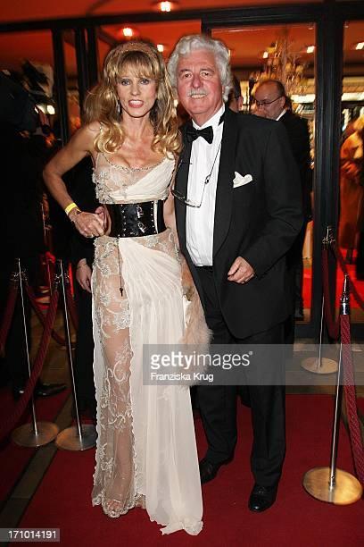 Unternehmerehepaar Gisela Und Hans Georg Muth Bei Der 14 Festlichen Operngala Für Die Aidsstiftung In Der Deutschen Oper In Berlin Am 101107