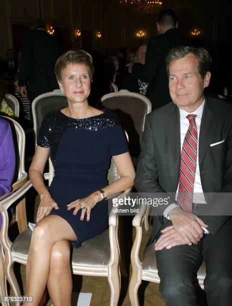 Unternehmerin Susanne Klatten und Ehemann Jan aufgenommen bei der Verleihung vom Preis Goldene Erbse im Hotel Adlon in Berlin Mitte Der Preis wird...