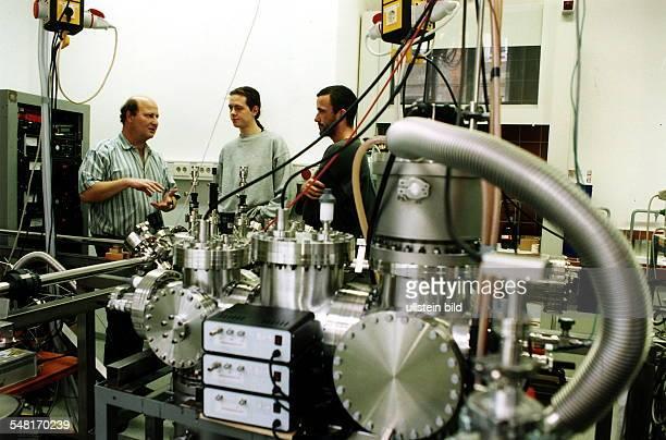Unterricht im Fach Chemie an der HumboldtUniversität Dr Bernhard Kaiser erläutert ein Rastertunnelmikroskop November 1994 Werbliche Nutzung und...