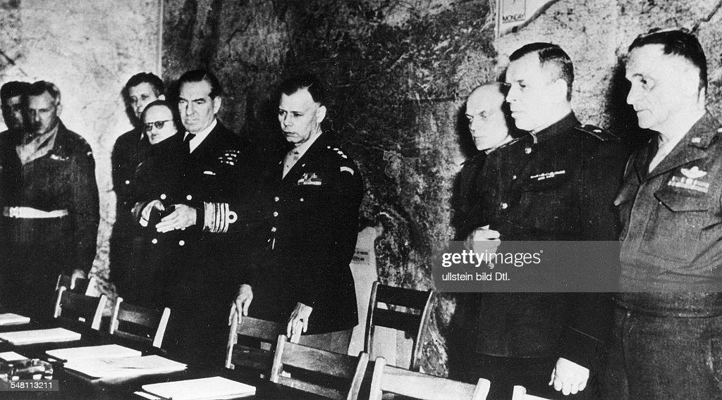 WK II Reims 1945 - Unterzeichnung der Kapitulation - Vertreter der Alliierten : News Photo