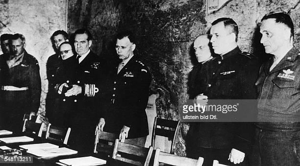 Unterzeichnung der bedingungslosen Gesamtkapitulation durch Vertreter des Oberkommandos der Wehrmacht in der Berufsschule von Reims die Teilnehmer...
