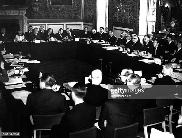 Unterzeichnung der Gründungsstatuten des Europarats im Uhrensaal des französischen Aussenministeriums in Paris durch die zehn ersten Regierungen