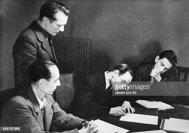 Unterzeichnung der Gründungsurkunde der FDJ in Berlin nach Erich Honecker unterschreiben weitere Mitglieder des Zentralen Jugendausschusses das...