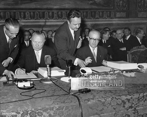 Unterzeichnung des Gründungsvertrages der Europäischen Wirtschaftsgemeinschaft und Euratom durch Bundeskanzler Konrad Adenauer und Walter Hallstein...