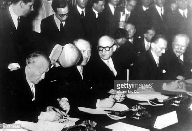 Unterzeichnung des Vertrags über dieGründung der EVG durch dieAussenminister vl Konrad Adenauer Paul van Zeeland Robert Schuman Alcide de Gasperi und...