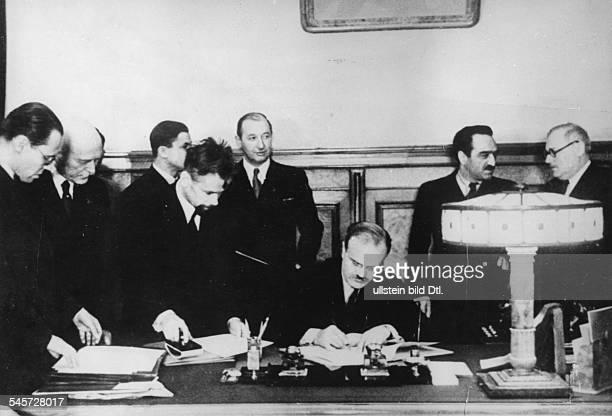 Unterzeichnung eines deutschsowjetischenGrenzvertrages in Moskau nach demAnschluss der baltischen Staaten an dieSowjetunion am Tisch der...