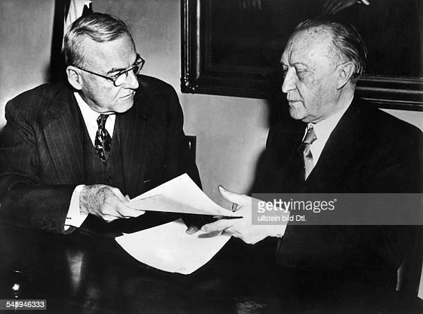 Unterzeichnung eines Kulturabkommenszwischen BRD und USA in Washington:Aussenminister John Foster Dulles undBundeskanzler Konrad Adenauer...