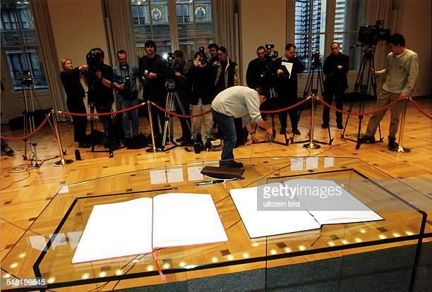 Unterzeichung des Koalitionsvertrages der Grossen Koalition Fotografen vor den zur Unterzeichnung bereit gelegten Verträgen Berlin Abgeordnetenhaus