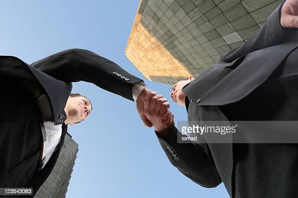 banquiers - low angle view photos et images de collection