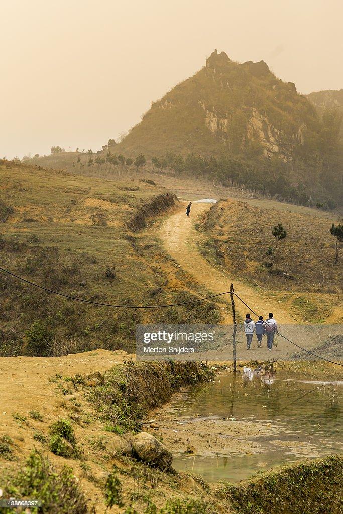 Uphill sand path through mountains : Stockfoto