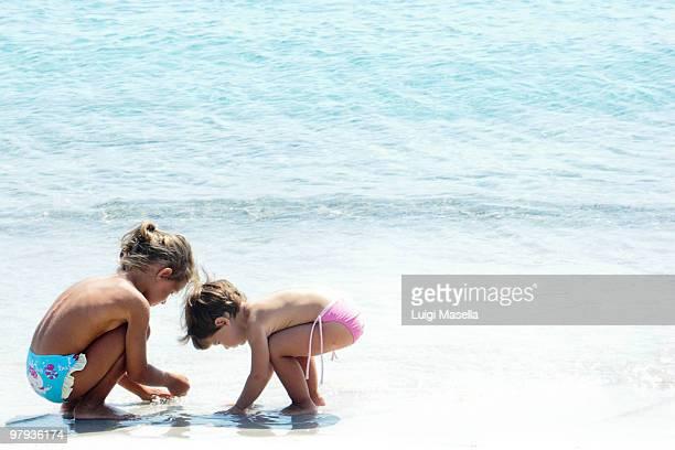 upon the shore of love - petite fille culotte photos et images de collection