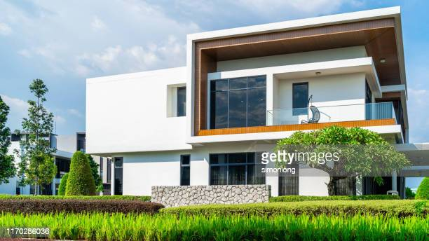 upper class modern house - house stock pictures, royalty-free photos & images