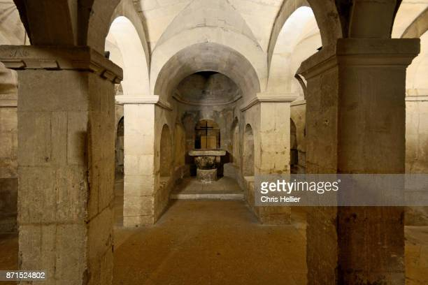 upper crypt c11th cathedral of sainte-anne, apt, provence - クリプト ストックフォトと画像
