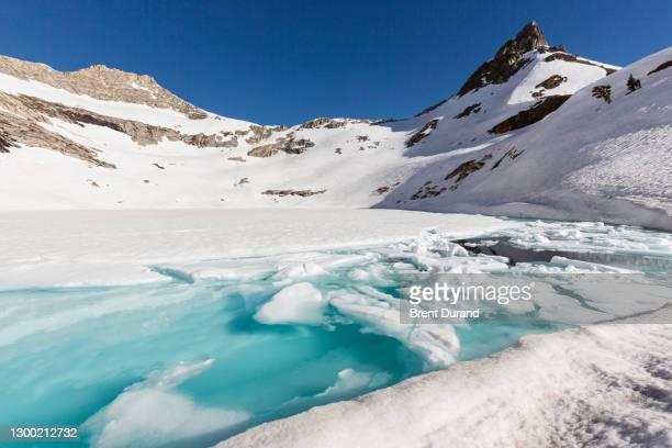 upper monarch lake frozen in winter - clima alpino foto e immagini stock