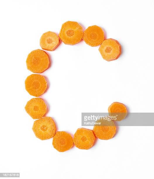 Parte superior o inferior de la caja de letra C preparados con porciones de zanahorias