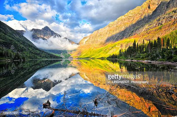 upper two medicine lake at sunrise - two medicine lake montana stock-fotos und bilder