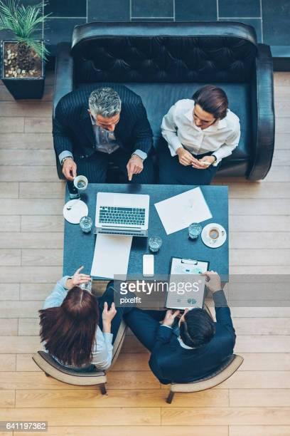 Vue supérieure d'un groupe sur une réunion d'affaires