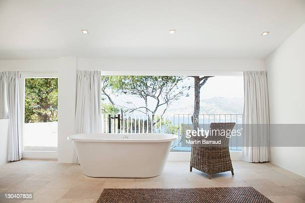 Appartement baignoire dans la salle de bains moderne