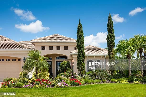 casa di lusso con splendidi fiori giardino - europa meridionale foto e immagini stock