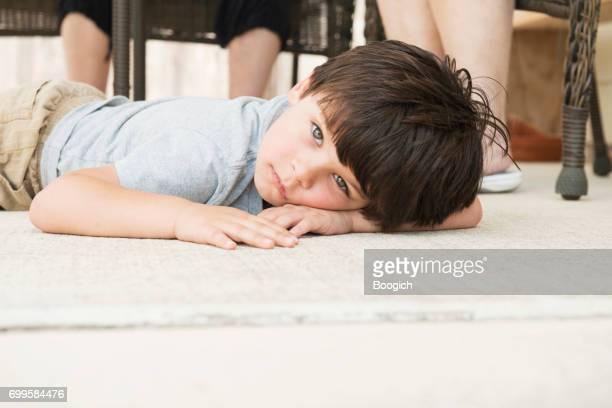 Petit garçon lève Tantrum bouleversé et pose de bas étage