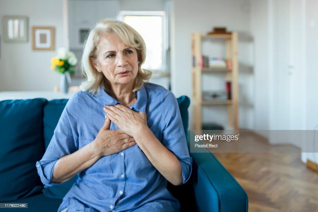Molesto estresado mujer mayor sin dolor : Foto de stock