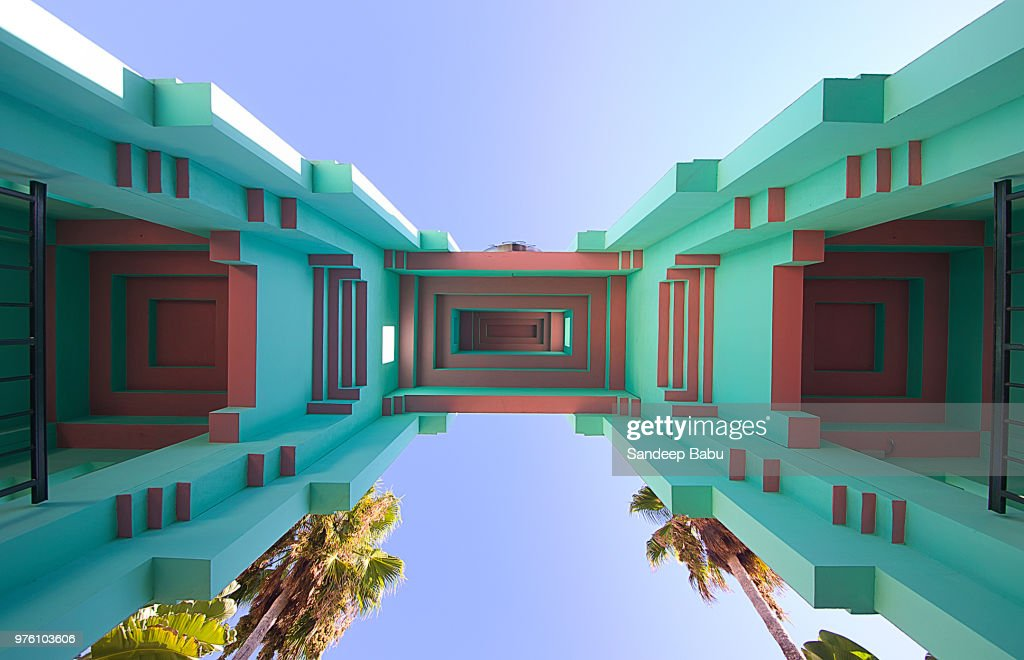 Upward view at architectural details of building on sunny day, Palm Court, Los Angeles, USA : Foto de stock