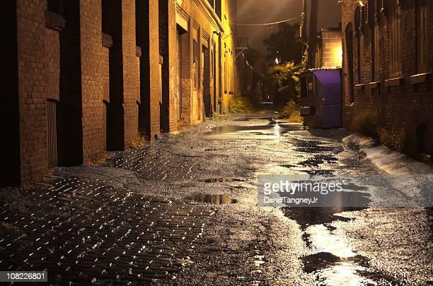 Urban besichtigen und Pfützen bei Nacht