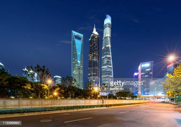 urban architecture and road in shanghai, china - shanghai world financial center - fotografias e filmes do acervo