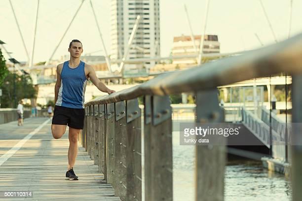 Urban Sportler Dehnen der Beine