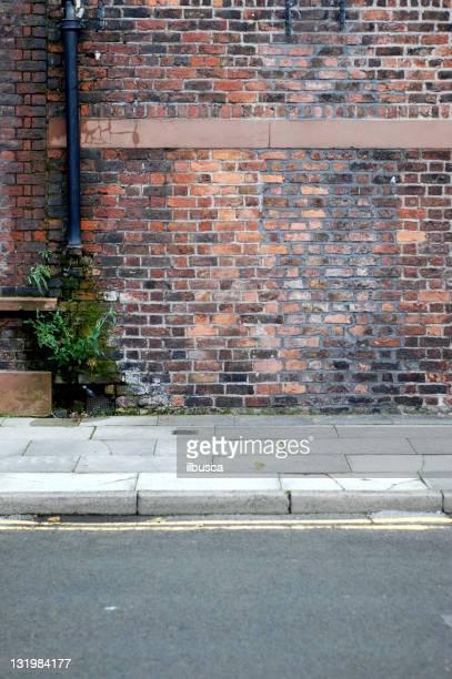Urban Hintergrund UK-Red brick wall mit Gehweg