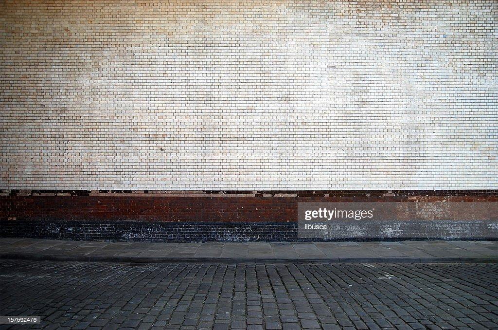 Urban Hintergrund UK-weiße Ziegel Wand mit Gehweg : Stock-Foto
