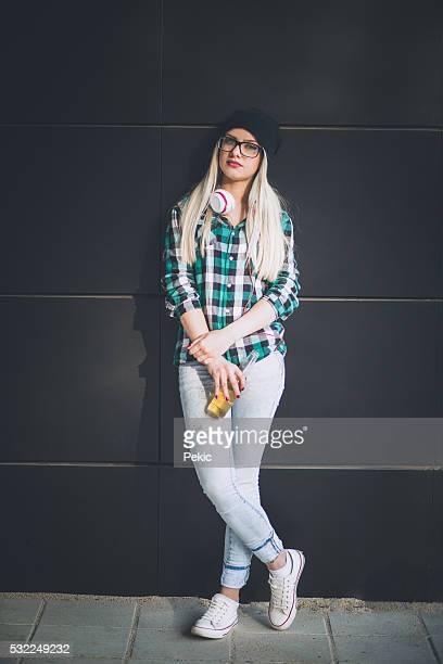 Urban Blondes Mädchen mit Flasche cider