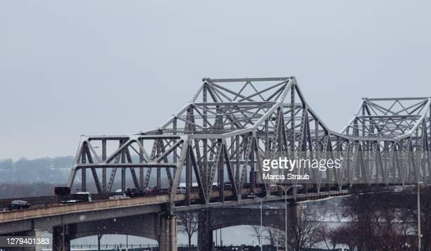 urban bridge on a frosty morning - ペオリア ストックフォトと画像