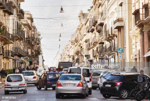 urban chaos in italian traffic - traffico foto e immagini stock