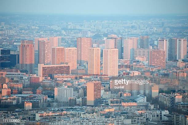 cidade urbana de apartamentos reflete a luz do sol, ao pôr do sol - council flat - fotografias e filmes do acervo