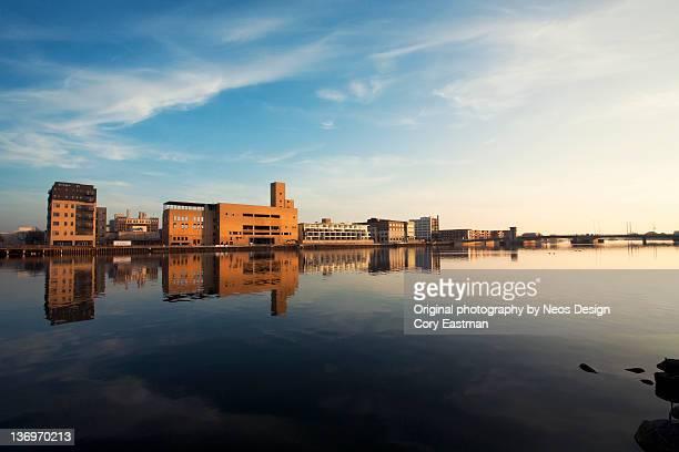 urban city reflection in river - green bay wisconsin imagens e fotografias de stock