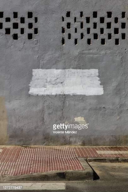 urban composition with covered graffiti - vicente méndez fotografías e imágenes de stock