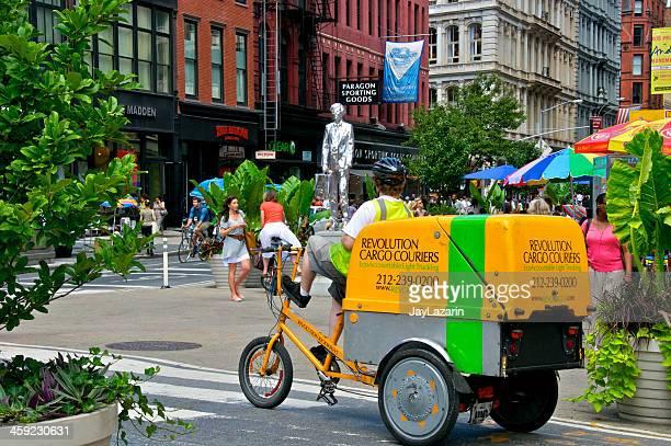 都会の配送サービスの自転車で、マンハッタン、ニューヨークシティー交通 - ユニオンスクエア ストックフォトと画像
