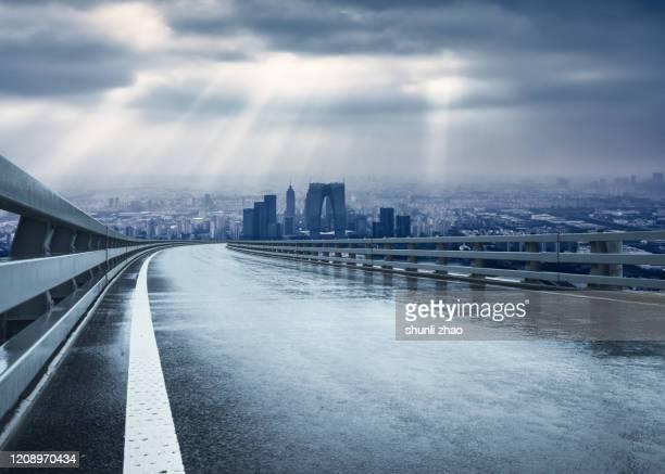 urban expressway after rain in suzhou, china - reflexo efeito de luz - fotografias e filmes do acervo
