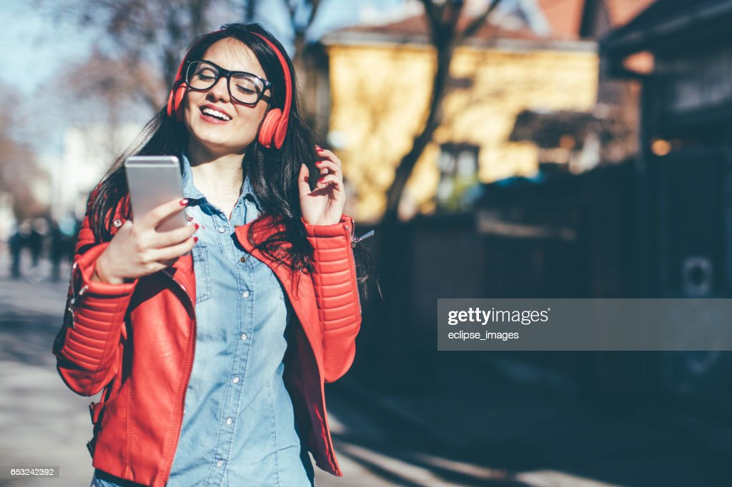Urban girl listening to some music : Foto stock