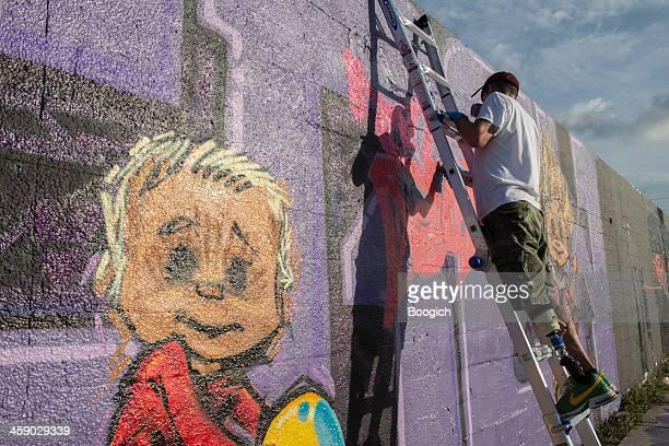 graffiti artista en wynwood de miami - pintar mural fotografías e imágenes de stock