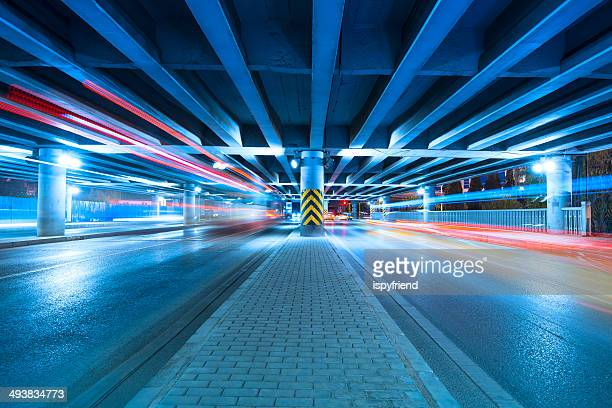 都会のハイウェイの交通量の夜景