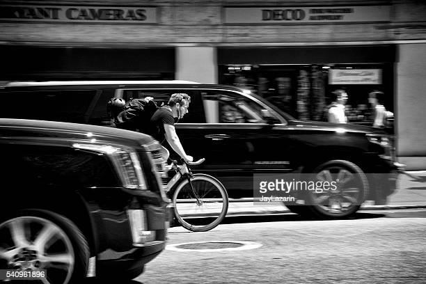 都会の生活、ニューヨーク市、雄 自転車に乗る人 通り過ぎる車、マンハッタン
