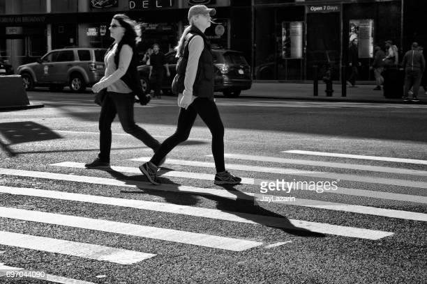 urban life, new york ville piétons. deux femmes passant dans des directions opposées dans le passage pour piétons, l'upper west side, manhattan - à côté de photos et images de collection