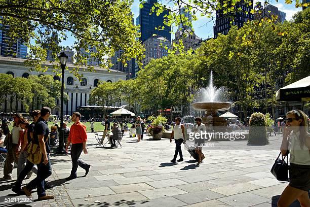 都会の生活、ニューヨークシティー、リラックス、人々が集まるブライアントパーク、マンハッタン - ブライアント公園 ストックフォトと画像