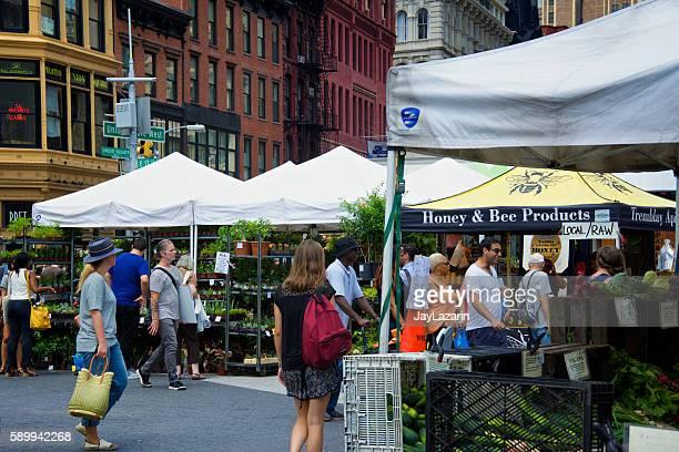 nyc urban life, people, outdoor farmers greenmarket, union square, manhattan - ユニオンスクエア ストックフォトと画像