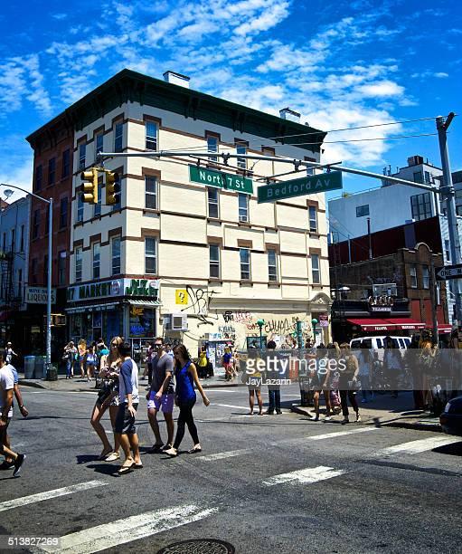 la vida urbana, williamsburg brooklyn, nueva york, multitudes de fin de semana - williamsburg brooklyn fotografías e imágenes de stock
