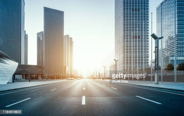 urban main road at sunset - stadsstraat stockfoto's en -beelden